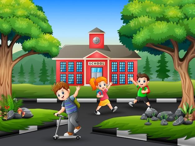 Niños felices se despiden con un amigo después de la escuela