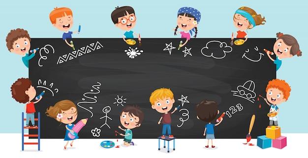 Niños felices dibujando en la pizarra