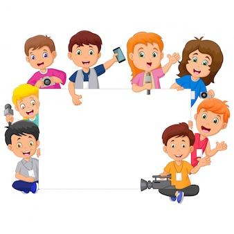 Niños felices de dibujos animados en diferentes profesiones con signo en blanco