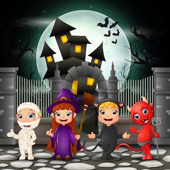 Niños felices de dibujos animados con fondo de halloween