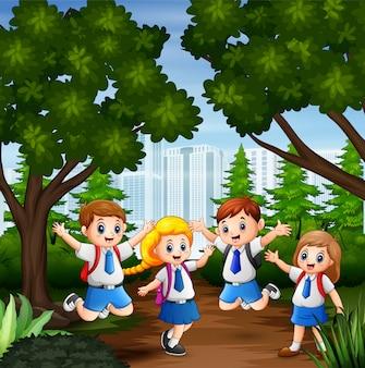 Niños felices de dibujos animados en uniforme escolar en la ciudad