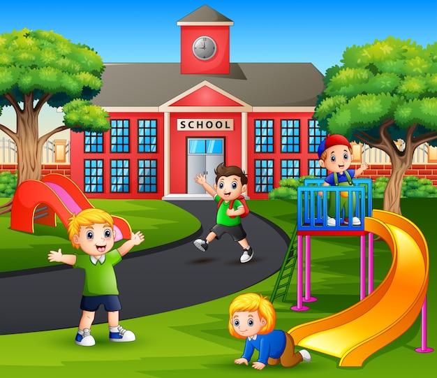 Niños felices dicen adiós después de la escuela
