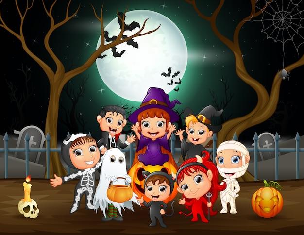 Niños felices en diferentes disfraces en la fiesta de halloween