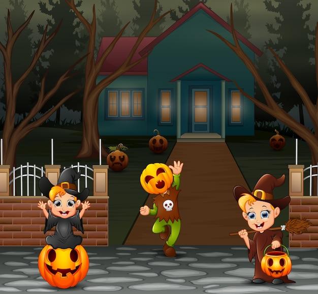 Niños felices con disfraz de halloween en la página de inicio