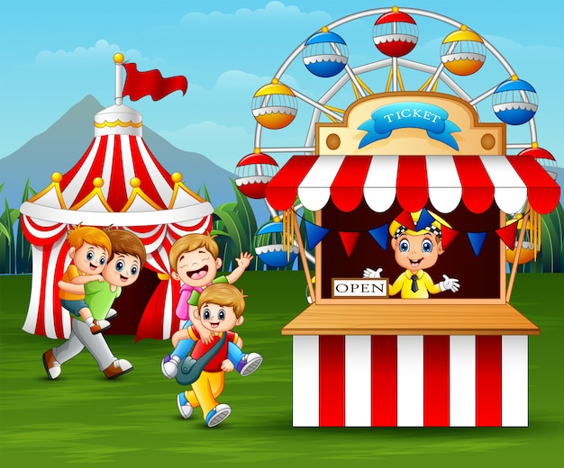 Niños felices divirtiéndose en el parque de atracciones