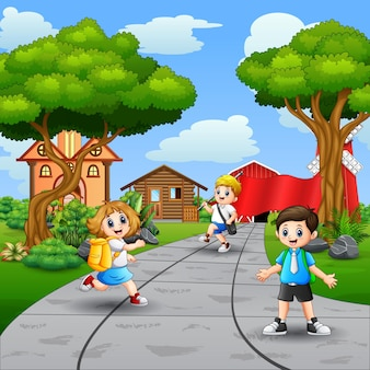 Niños felices de la escuela caminando por la carretera