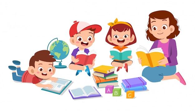 Niños felices estudiando junto con su maestra