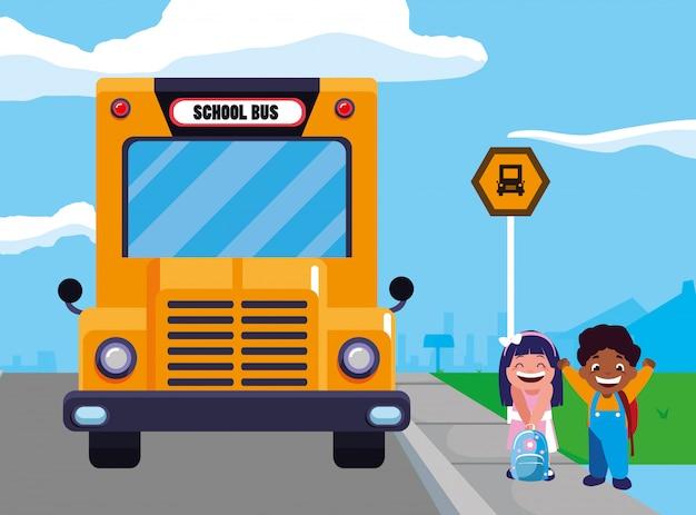 Niños felices estudiantes en la escena de la parada del autobús escolar