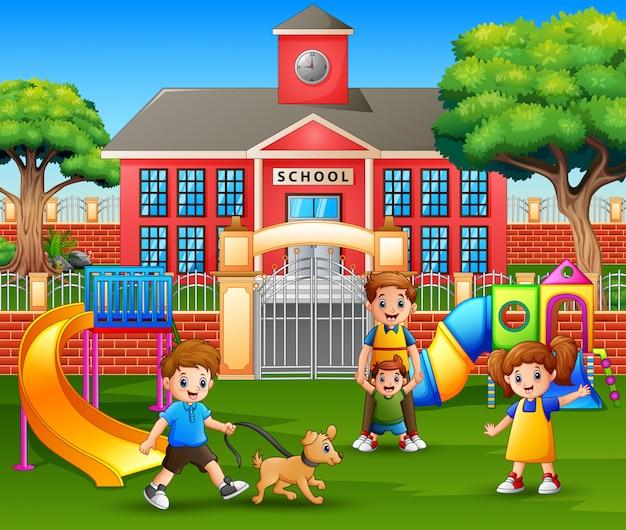 Niños felices y familia disfrutando en el patio de recreo