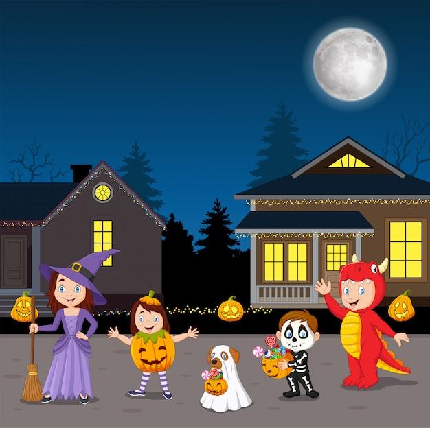 Niños felices de la fiesta de halloween con disfraces