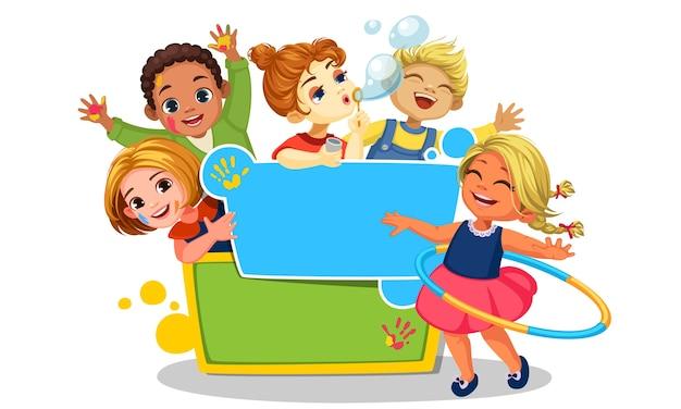 Niños felices jugando alrededor del tablero en blanco hermosa ilustración