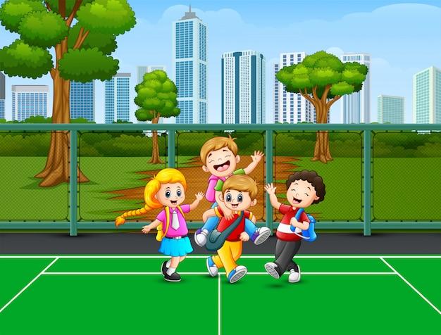 Niños felices jugando en la cancha