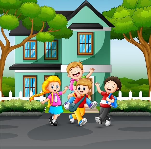 Niños felices jugando en la carretera
