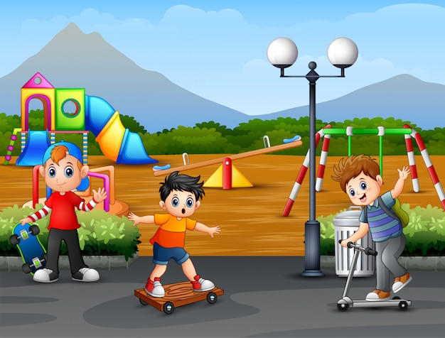 Niños felices jugando en la ciudad parque