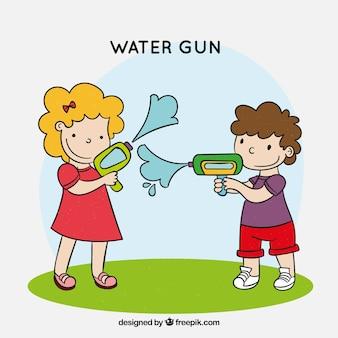 Niños felices jugando con pistolas de agua