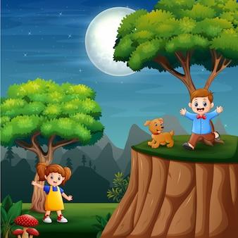 Niños felices jugando en el fondo de la naturaleza