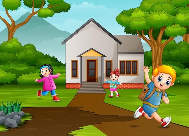 Niños felices jugando frente a la casa