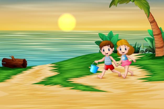 Niños felices jugando en la orilla del mar