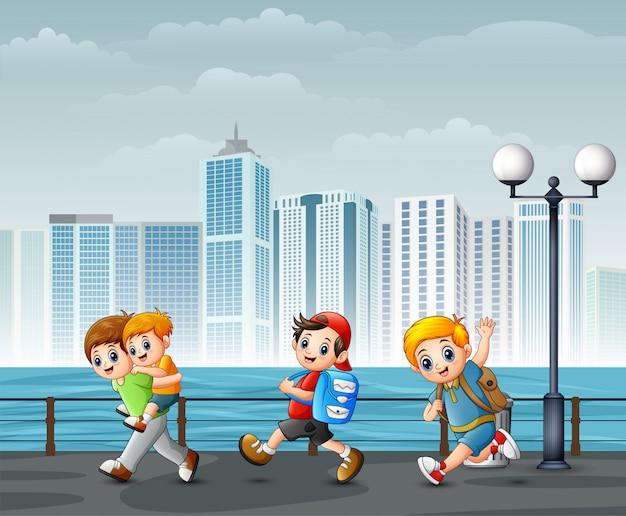 Niños felices jugando en la orilla del río a través de las ciudades