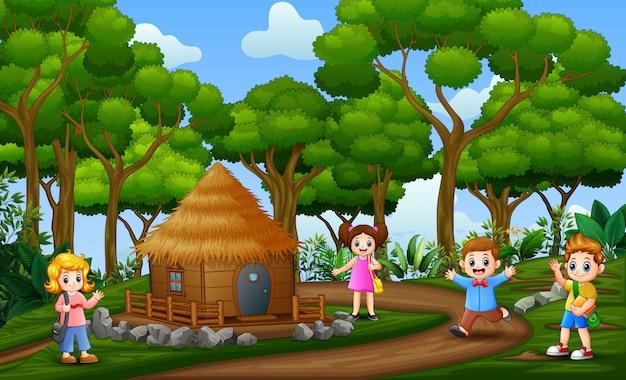 Niños felices jugando en el paisaje rural