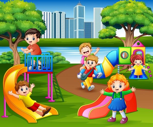 Niños felices jugando en el patio de la escuela.