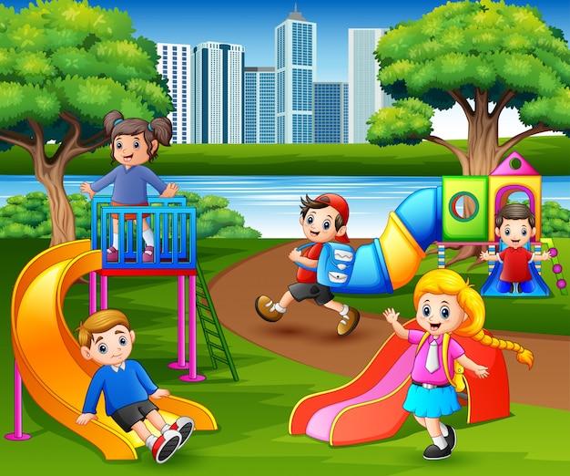 Niños Felices Jugando En El Patio De La Escuela Vector Premium