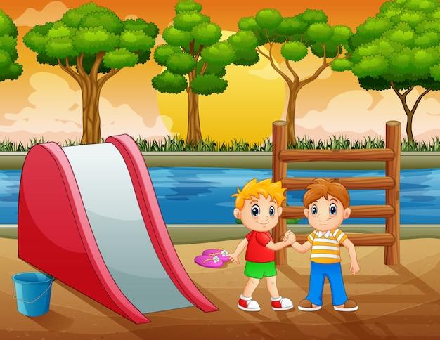 Niños felices jugando en el patio de recreo