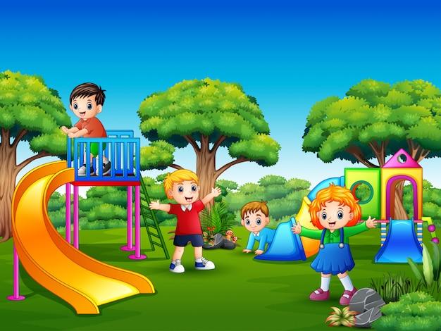 Niños felices jugando en el patio