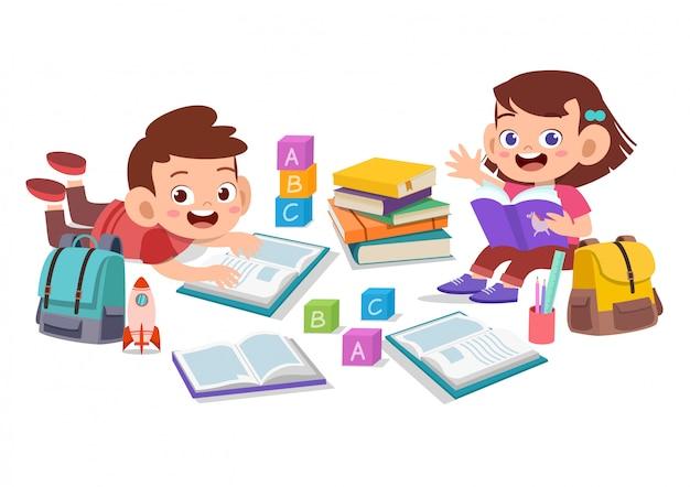 Niños felices leen libros