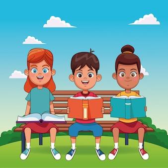 Niños felices leyendo libros sentados en un banco