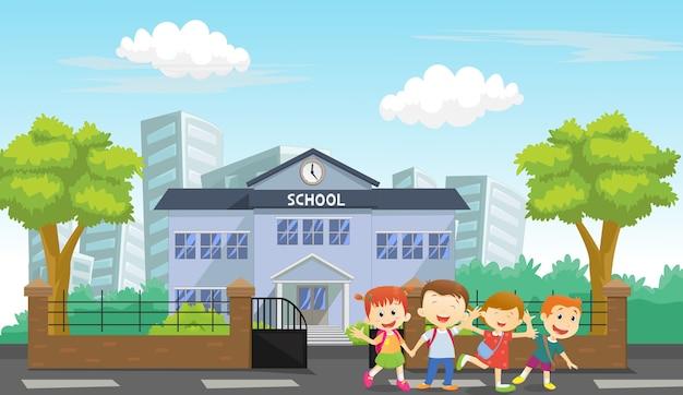 Niños felices llegan a casa de la escuela