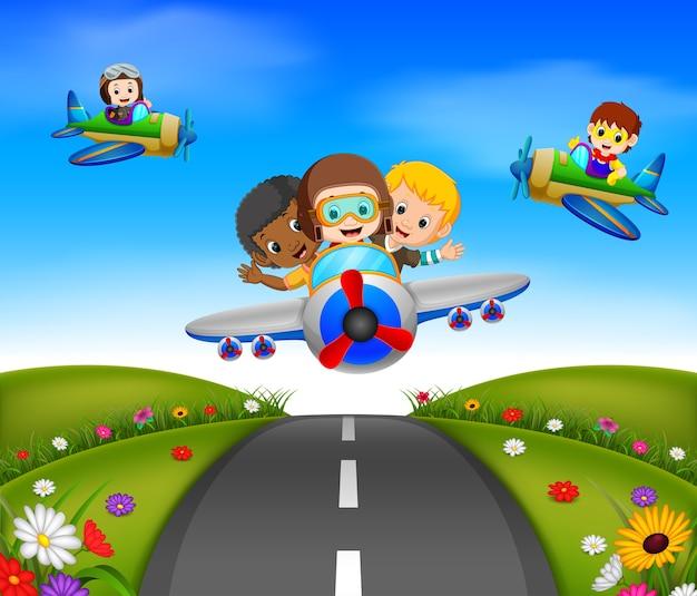 Niños felices montando en un avión
