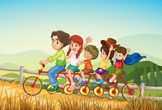 Niños felices montando la bicicleta en la granja
