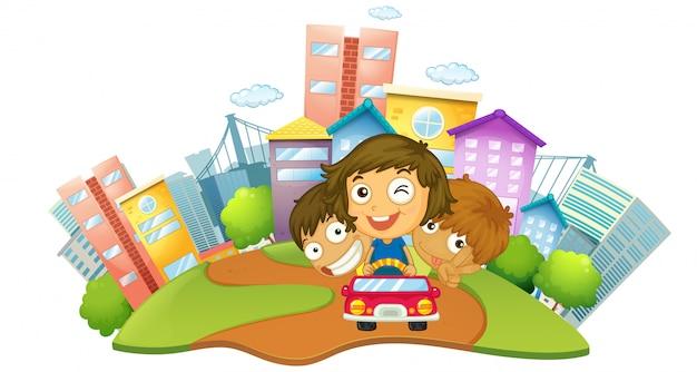 Niños felices montando en el coche en el parque de la ciudad