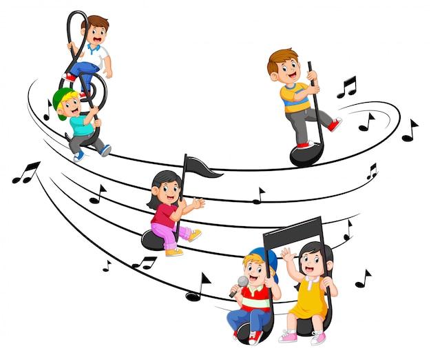Niños felices montando notas musicales