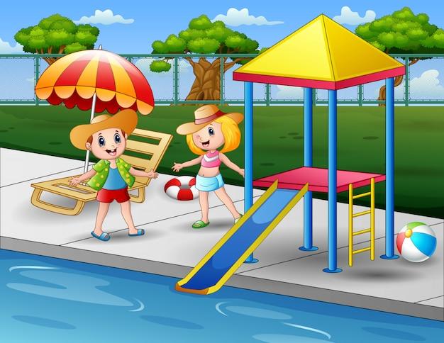Niños felices en una piscina