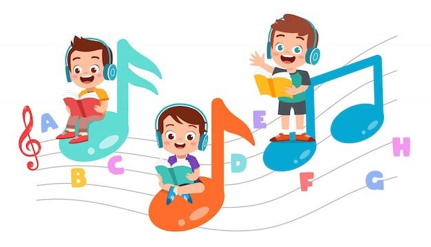 Niños felices que leen libros y escuchan música