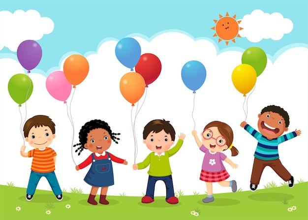 Niños felices saltando juntos y sosteniendo globos
