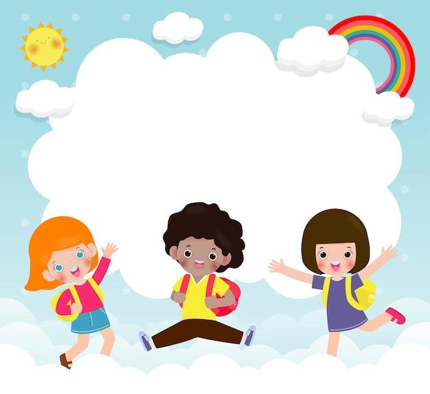 Niños felices saltando sobre la nube con arco iris y banner vacío