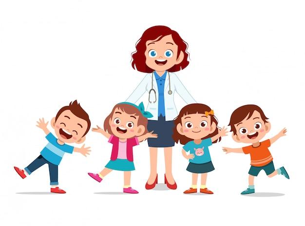 Niños felices con sonrisa de doctor
