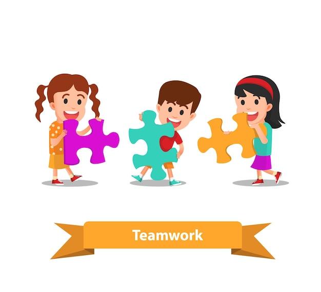 Niños felices trabajando juntos conectan rompecabezas