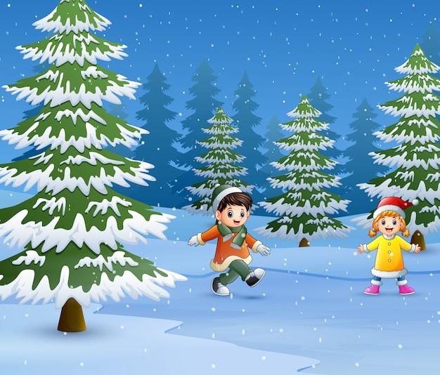 Niños felices de usar ropa de invierno y jugar al aire libre.