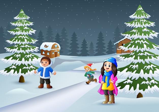 Niños felices de usar ropa de invierno y jugar en un ambiente de pueblo.