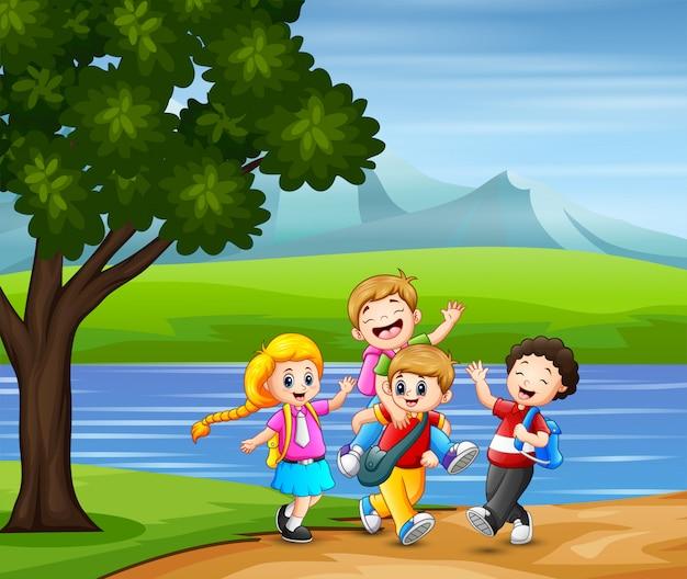 Los niños felices van a la escuela juntos