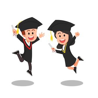 Niños felices en vestidos de graduación
