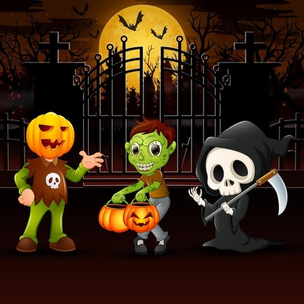 Niños felices vistiendo disfraces de halloween al aire libre en la noche