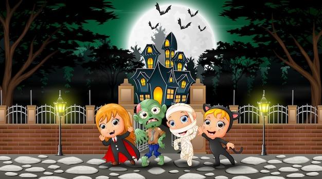 Niños felices vistiendo disfraces de halloween al aire libre