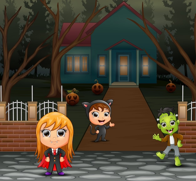 Niños felices vistiendo disfraces de halloween en la página de inicio