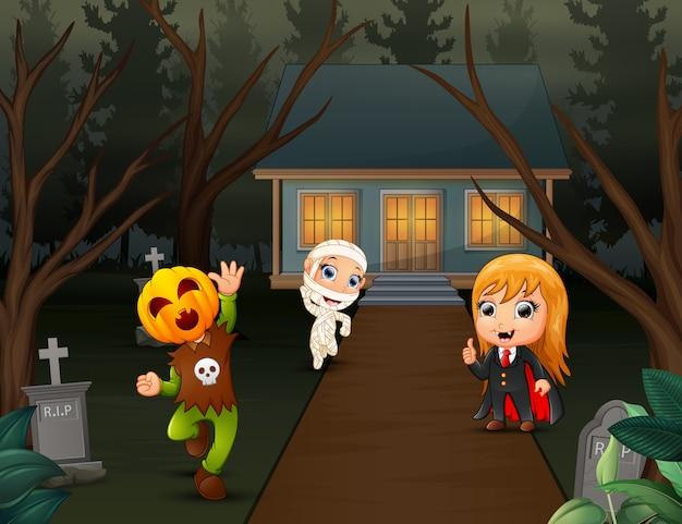 Niños felices vistiendo disfraces de halloween