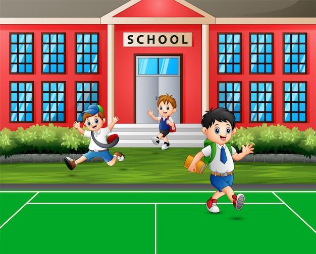 Niños felices yendo a casa después de la escuela